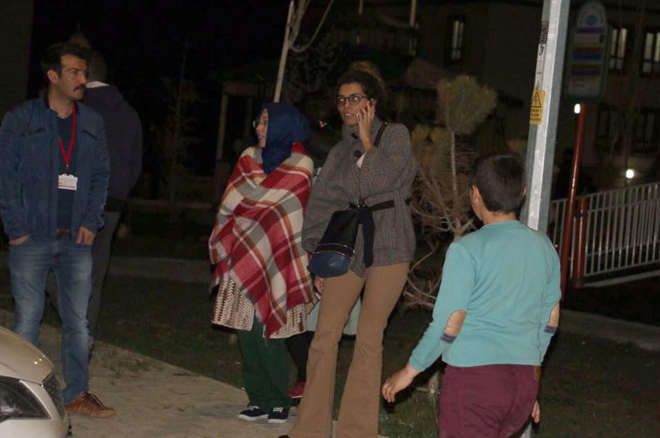 Depremin hissedilmesiyle vatandaşlar evlerinden çıkarak sokakta bekledi.