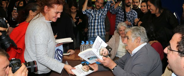 fotograflarjose-mujica-kitabini-imzaladi_5736_dhaphoto3.jpg