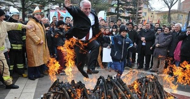 Birden alev alan odunların üzerinden atlamak isteyen Vali, yanmaktan son anda kurtuldu.