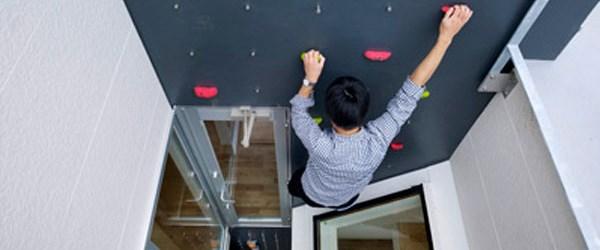 Evde merdivenden sıkılana tırmanma duvarı