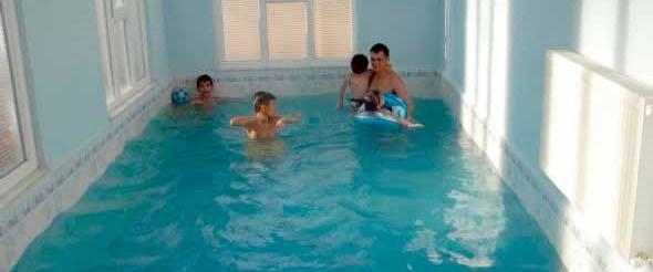 Evin ortasına havuz yaptırdı!