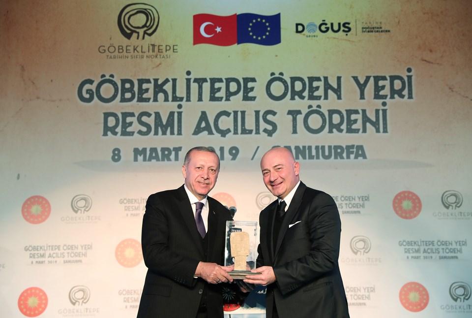 Doğuş Grubu Yönetim Kurulu Başkanı Ferit Şahenk tarafından Cumhurbaşkanı Erdoğan'a günün anısına hediye takdim edildi.