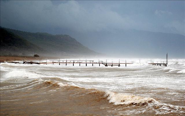 Fırtına Antalya'yı savuruyor