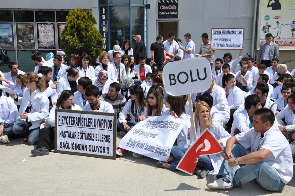 Abant İzzet Baysal Ünıversitesi Kemal Demir Fizik Tedavi ve Rehabilitasyon Yüksekokulu öğrencileri ve Bolu'daki çeşitli hastanelerde çalışan fizyoterapistler de oturma eylemi yaptı.