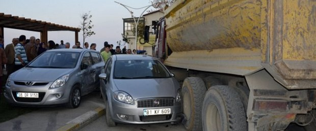 Freni boşalan kamyon 7 aracı biçti