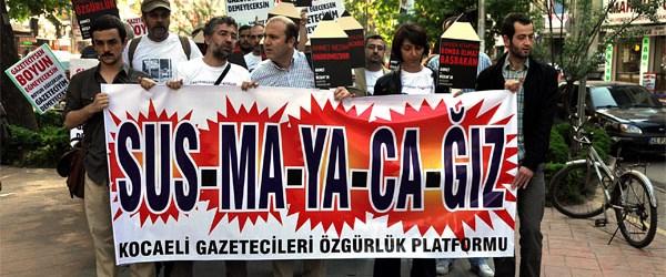 Gazeteciler 'kabahat' cezasını protesto etti