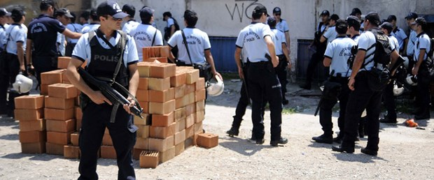 Genelev yıkımına Türk bayraklı direniş