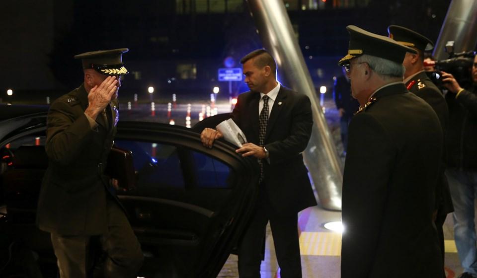 Joseph Dunford, Hulusi Akar ile görüşmesi sonrasındaEsenboğa Havalimanı'na gelerek Ankara'dan ayrıldı.