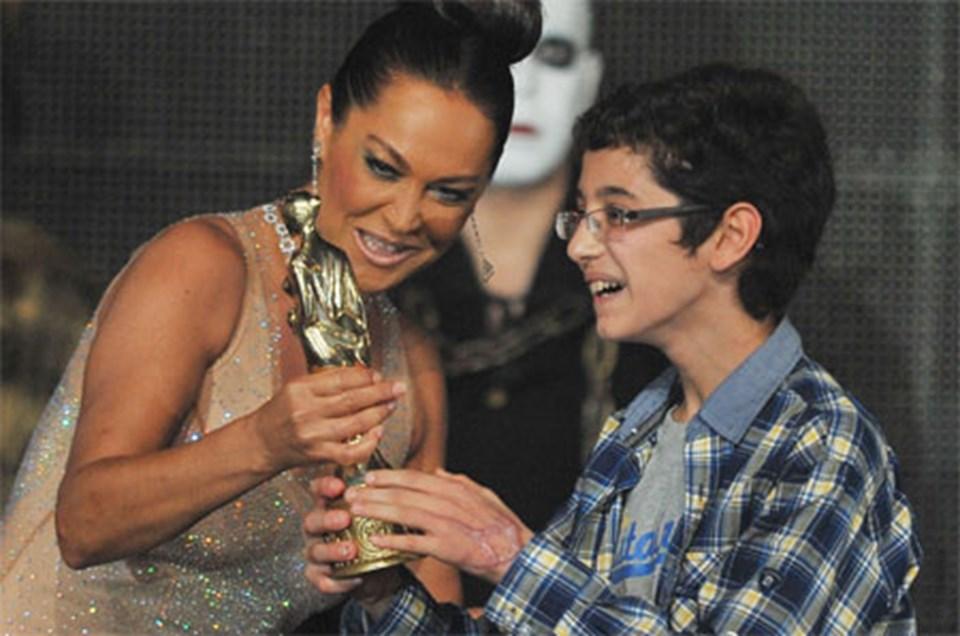 Güzelliğin On Par'etmez filmindeki rolüyle En İyi Erkek Oyuncu Ödülü'ne layık görülen Abdulkadir Tuncer, ödülünü Hülya Avşar'dan aldı.