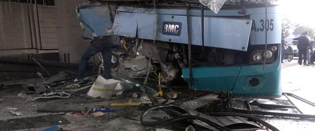Halk otobüsü köprü ayağına çarptı: 18 yaralı
