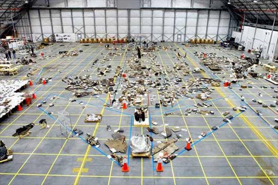Columbia uzay mekiğinin 2003 yılında bir hangarda bir araya getirilen parçaları. 2012'ye kadar, uzay mekiğine ait 78 bin 760 parça tespit edildi. Toplam 84 bin parçanın arasında, uçuş güvenliği hakkında hazırlanmış olan uyarı işareti de bulunuyor.