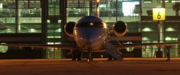 Havada yıldırım temas eden uçak acil iniş yaptı