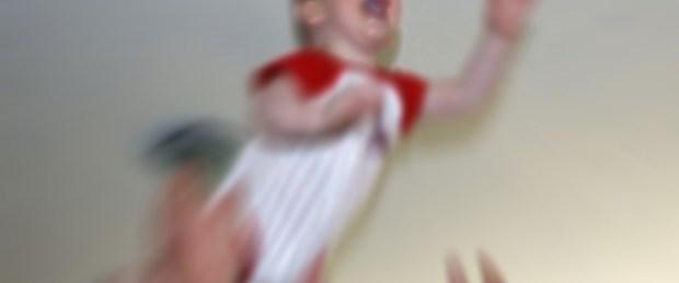 Havaya atılan bebeği pervane yaraladı