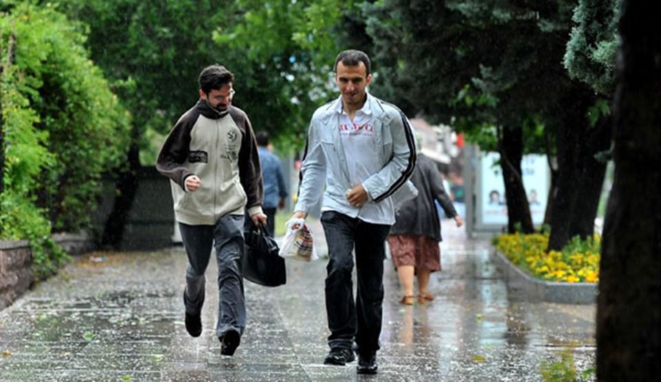 Başkent'te on dakika boyunca etkili olan şiddetli rüzgar ve yağışın etkisiyle sokaktaki vatandaşlar, zor anlar yaşadı.