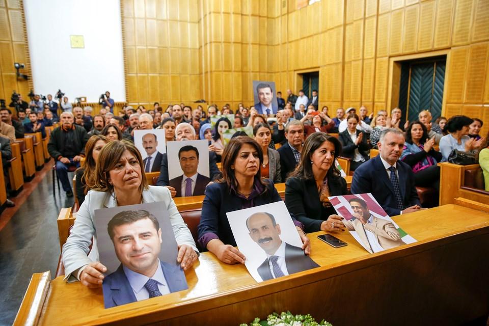 Grup toplantısında partililer tutuklanan milletvekillerinin fotoğraflarını basın mensuplarına gösterdi.