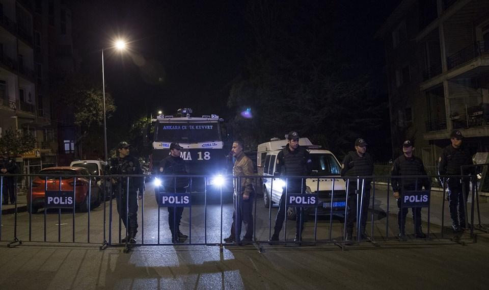 Polis ekipleri, parti genel merkezinin bulunduğu sokakta güvenlik önlemi aldı.