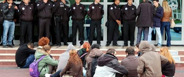 İçerde konferans, dışarıda protesto