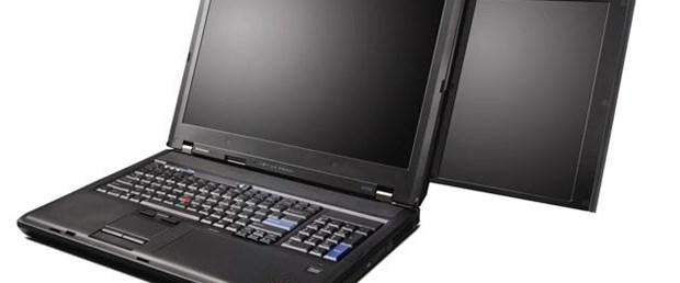 İki ekrana sahip dizüstü bilgisayar