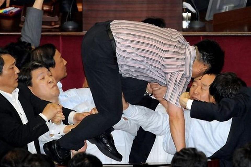 Kore meclisindeki unutulmaz sahnelerden biri...