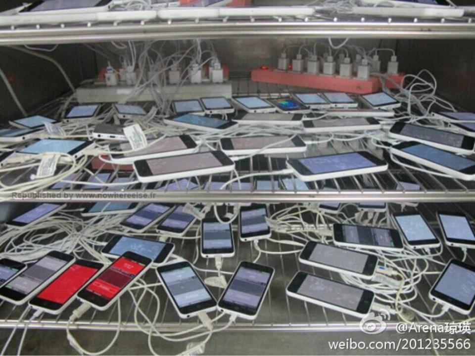Tayvanlı parça tedarikçisi Pegatron'un bir çalışanı, iPhone 5C'ye ait olduğu öne sürdüğü prototiplerin fotoğrafını sızdırdı.