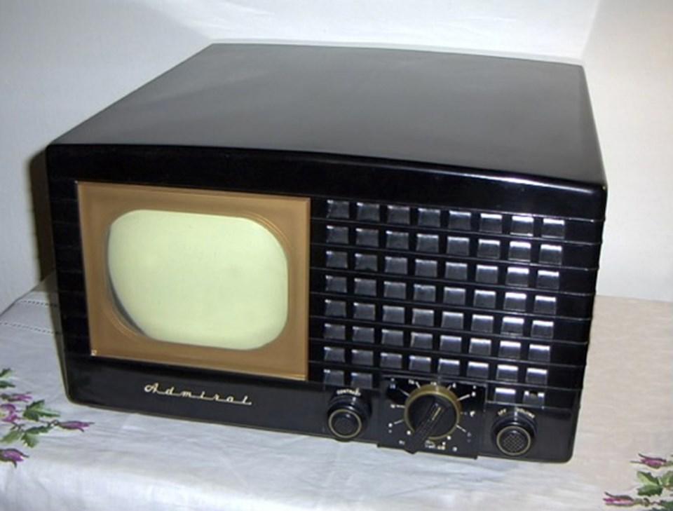 Fotoğrafta 1948 model bir Admiral televizyon cihazı görülmekte.