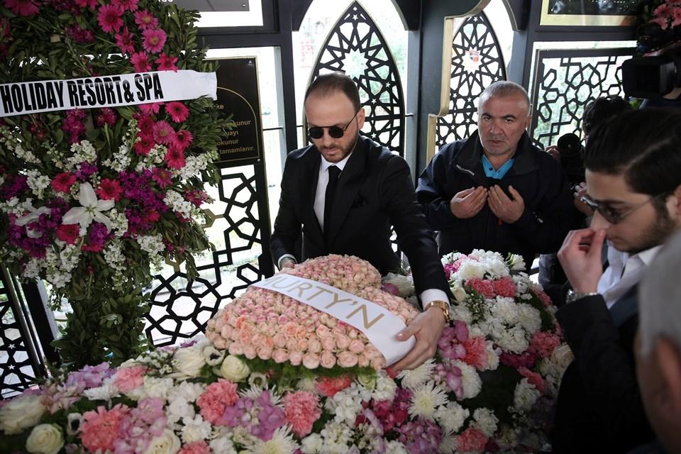 Mina Başaran'ın nişanlısı Murat Gezer (solda), tabuta çiçek koydu.