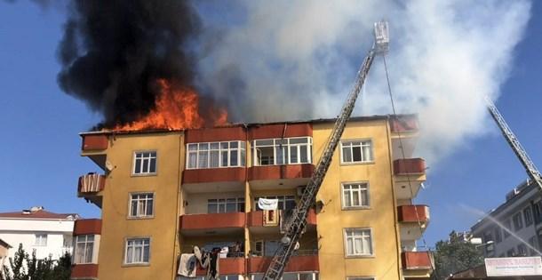 İstanbul Esenyurt'ta 4 katlı bir evin çatısında yangın
