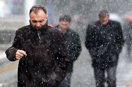 Ankara'da sabah saatlerinde kar yağışı...