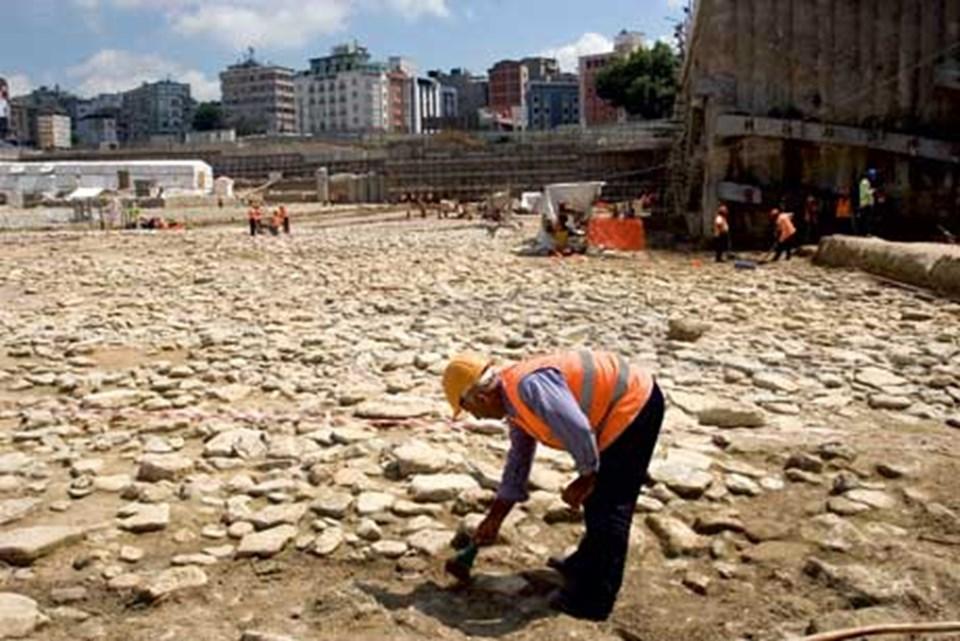 Yenikapı'daki Theodosius Limanı'nın tabanı. Kemikler bugünartık yapıların yükseldiği bu tabakada bulundu. Fotoğraf: Gökhan Tan