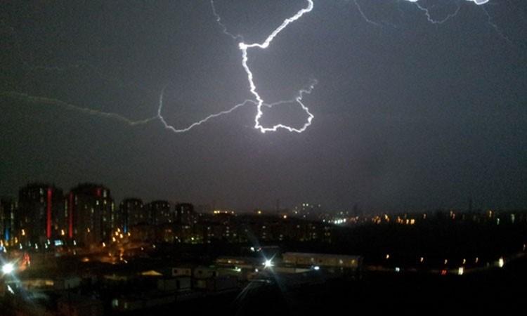 İstanbul'da çakan şimşekler geceyi aydınlattı.