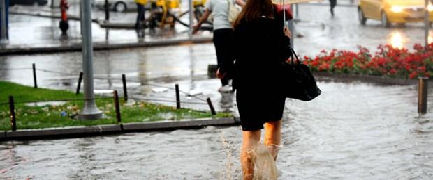 İzmir sağanak yağmura teslim