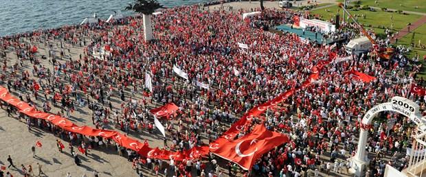 İzmir'de coşkulu miting, düşük katılım