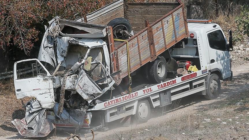 Kazaya karışan kamyon kaldırılarak İzmir Adli Tıp Kurumu'na götürüldü.