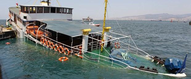 İzmir'de yolcu hatları vapuru suya gömüldü
