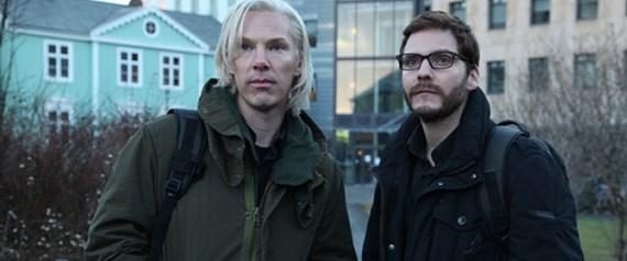 Julian Assange perdede göründü