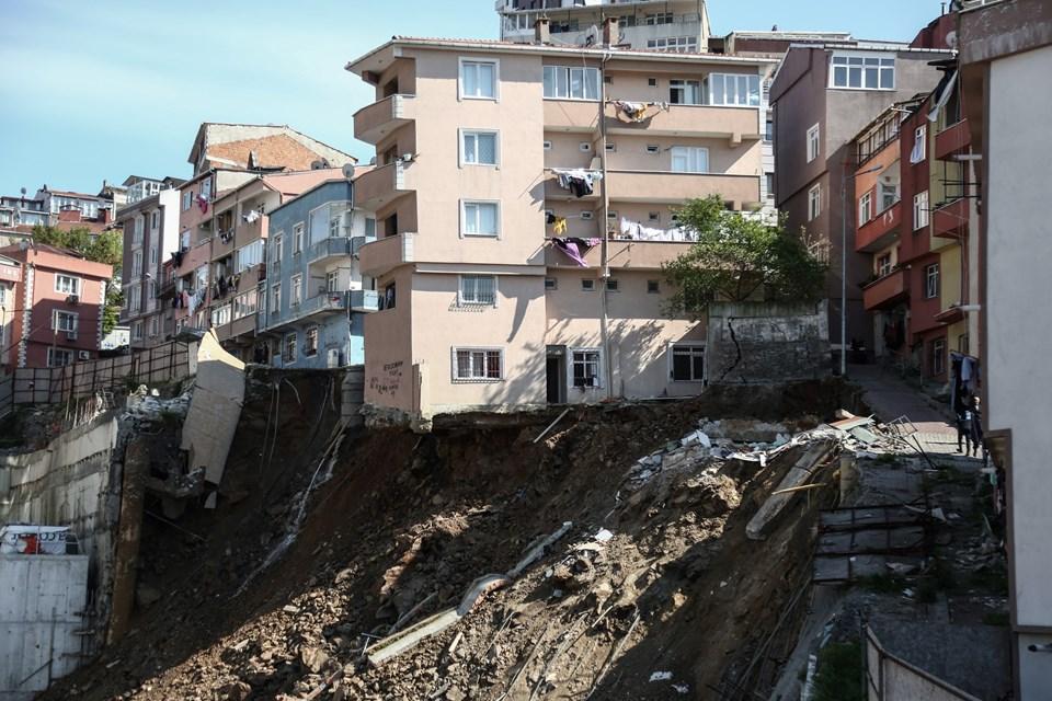 Riskli bina kontrollü yıkılıyor.