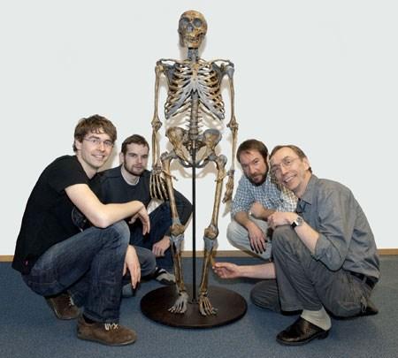 Prof. Svante (en sağda) ve ekibi, bir Neandertal iskeletiyle poz veriyor