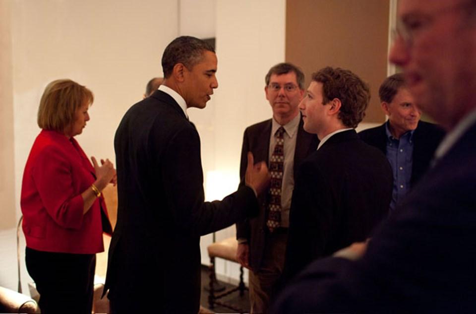 Zuckerberg, ABD Başkanı Barack Obama'yla tanıştığında takım elbise giymeyi ihmal etmedi.