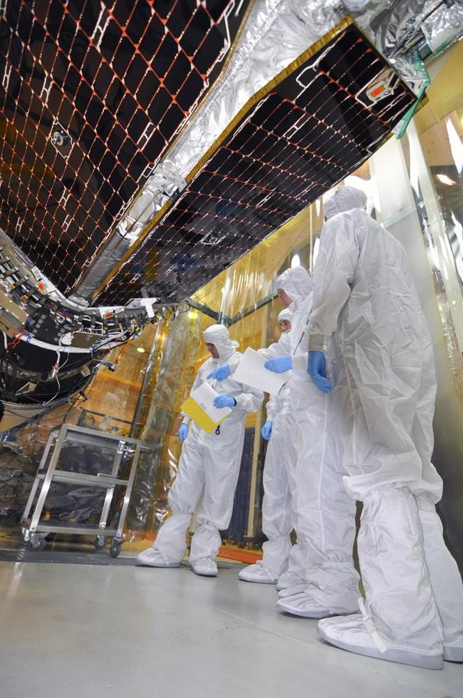 Teknisyenler, NuSTAR teleskopuna, Orbital Sciences Pegasus XL roketini monte ediyor.