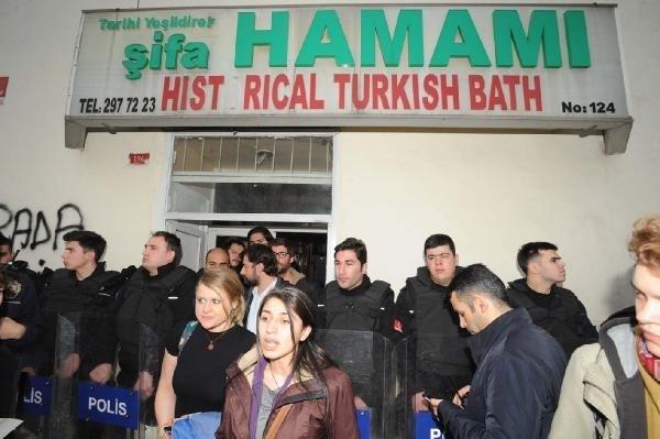 Sosyal medyadan olayı duyan Erasmuslular hamamın önünde toplandı.