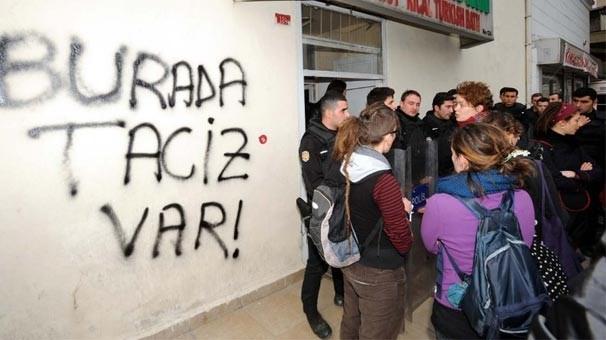 Protesto için gelen kadınlar tepkilerini hamamın duvarına yazı yazarak dile getirdi.