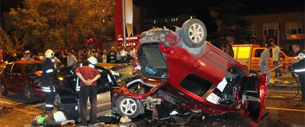 Karşı şeritteki otomobilin üzerine düştü: 3 ölü