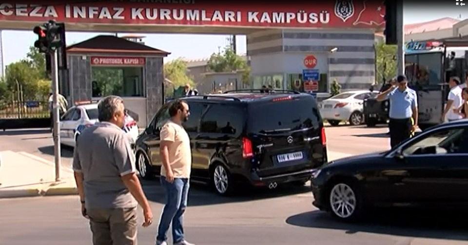 Kılıçdaroğlu'nun içinde bulunduğu araç, saat 10.50'de cezaevi kampüsüne giriş yaptı