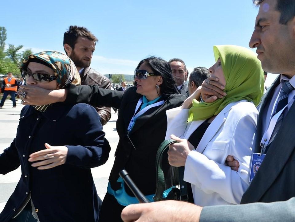 """Protestocular, """"Hakkımızı helal etmiyoruz"""" diye bağırdı. Bu sırada bir görevli, kadınların ağzını kapatmaya çalıştı."""