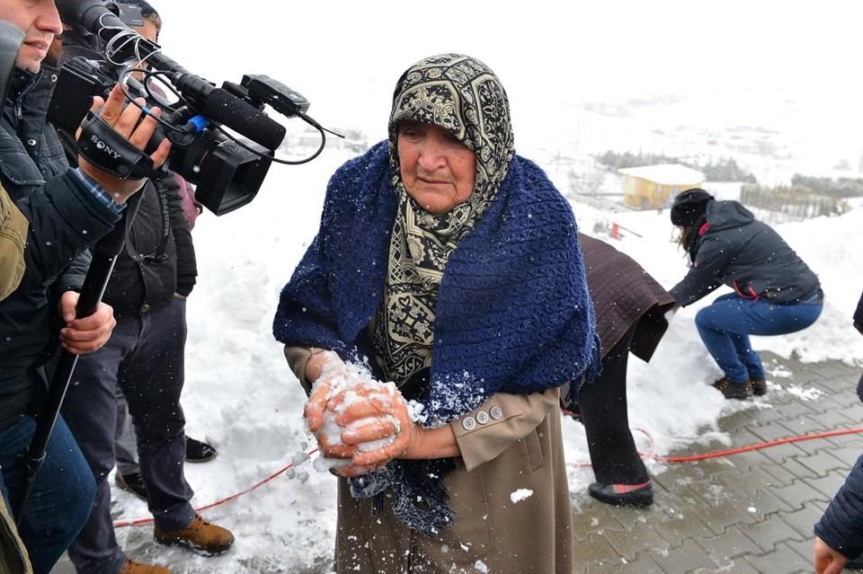 Cenaze töreninin ardından anne Çiğdem Köklü, kartopu yaparak tabuta koydu.