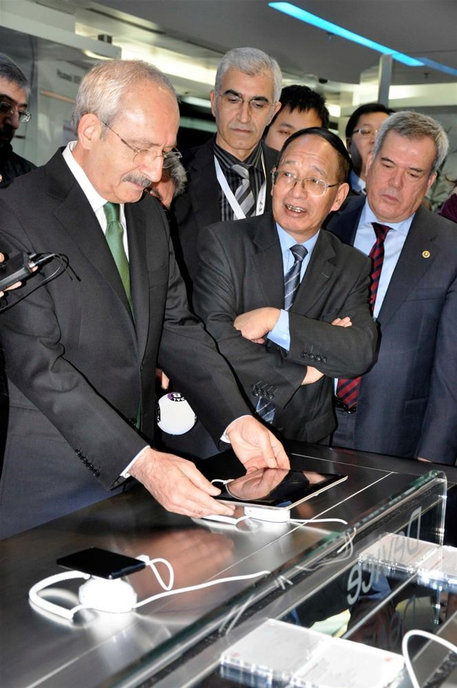 Kılıçdaroğlu tabletlere baktı
