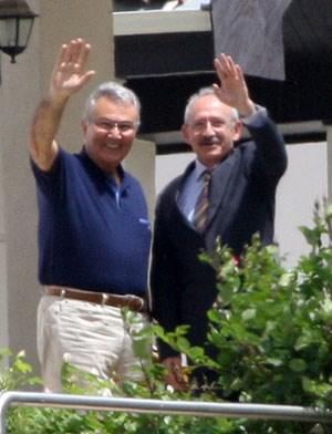 İki lider, 14 Mayıs tarihinde Baykal'ın evinin balkonunda verdikleri bu pozdan sonra ilk kez yeniden halkın karşısına birlikte çıkacak.