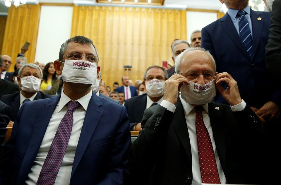 Kılıçdaroğlu ve bazı milletvekilleri, grup toplantısında Lösemili Çocuklar Haftası kapsamında lösemi hastası çocuklara ve hastalığa dikkati çekmek için maske taktı.