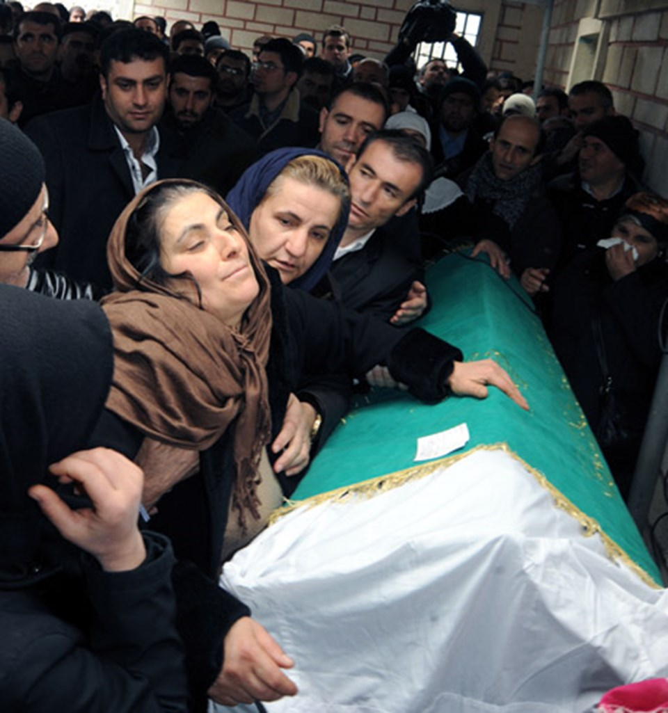 Anne Emine Vural, cenazede gözyaşı döktü.