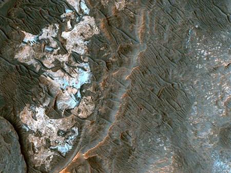 Eski bir nehir yatağı olabilir. Ladon Vadisi'nin batısındaki dolgulu kanalları gösteren fotoğraftaki yer şekilleri bir zamanlar buranın bir nehir yatağı olabileceğini düşündürüyor.